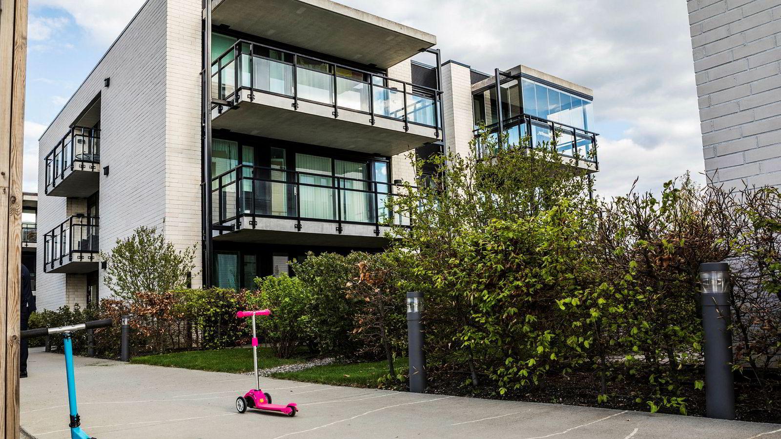 Himanshu Gulati kjøpte i februar 2017 leilighet i øverste etasje av dette leilighetskomplekset ved jernbanestasjonen på Jessheim for 3,1 millioner.