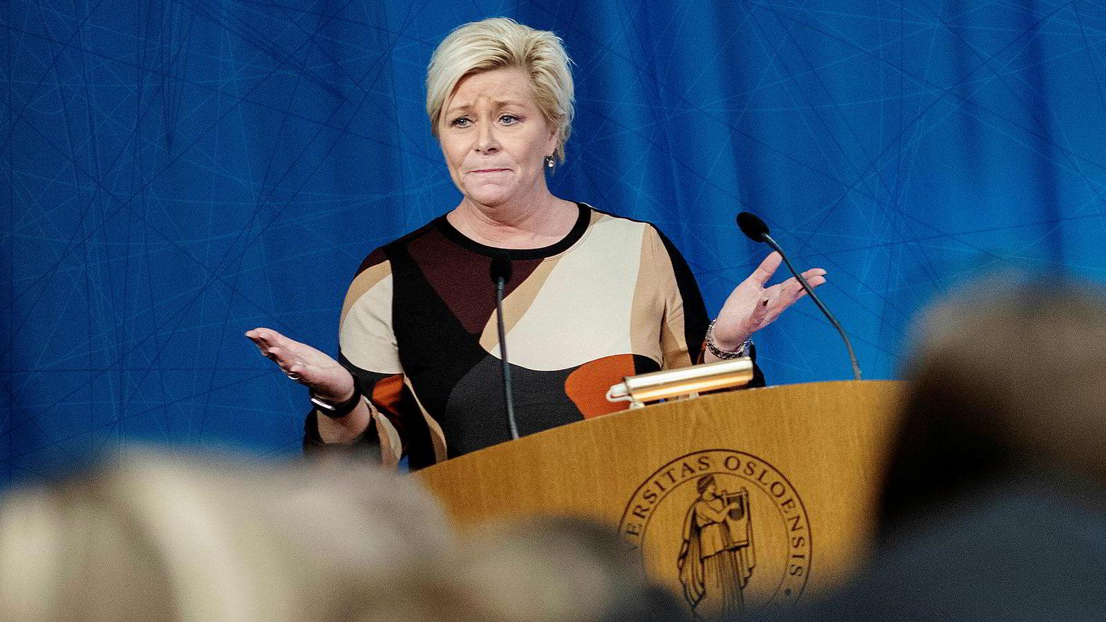 Finansminister Siv Jensen legger frem nye krav til banker som gir forbrukslån og kredittkort.