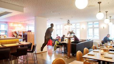 Midt i lokalene til Renaa Matbaren henger en av kunstneren Antony Gormleys «rustne menn», en jernskulptur i full menneskestørrelse.