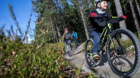 Theo Thorsen-Sandaker (6) viser vei gjennom Gullias nye sykkelløyper, mens mor Anne Grete Thorsen og far Thomas Sandaker følger etter. Stien er bygget for sykling og er en del av Trysils sykkelsatsning som nærmer seg en foreløpig kostnad på 20 millioner kroner. Foto: Thomas T. Kleiven