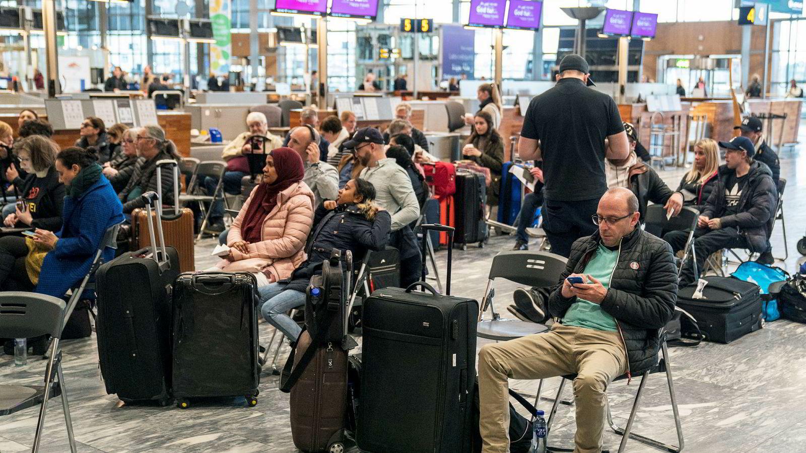 På Oslo Lufthavn Gardermoen var det satt frem stoler foran SAS-skranken og mange hadde møtt opp for å få mer informasjon om situasjonen.