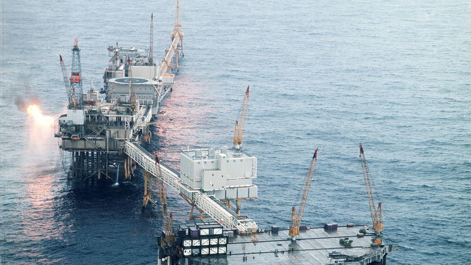 Rammebetingelsene for petroleumsvirksomheten er utviklet gjennom 50 år for å nå målene i petroleumspolitikken. De er skreddersydd for å fungere over tid, inkludert å være robuste for både høye og lave priser på olje- og gass. Bildet er fra Ekofisk-senteret i Nordsjøen i 1974-