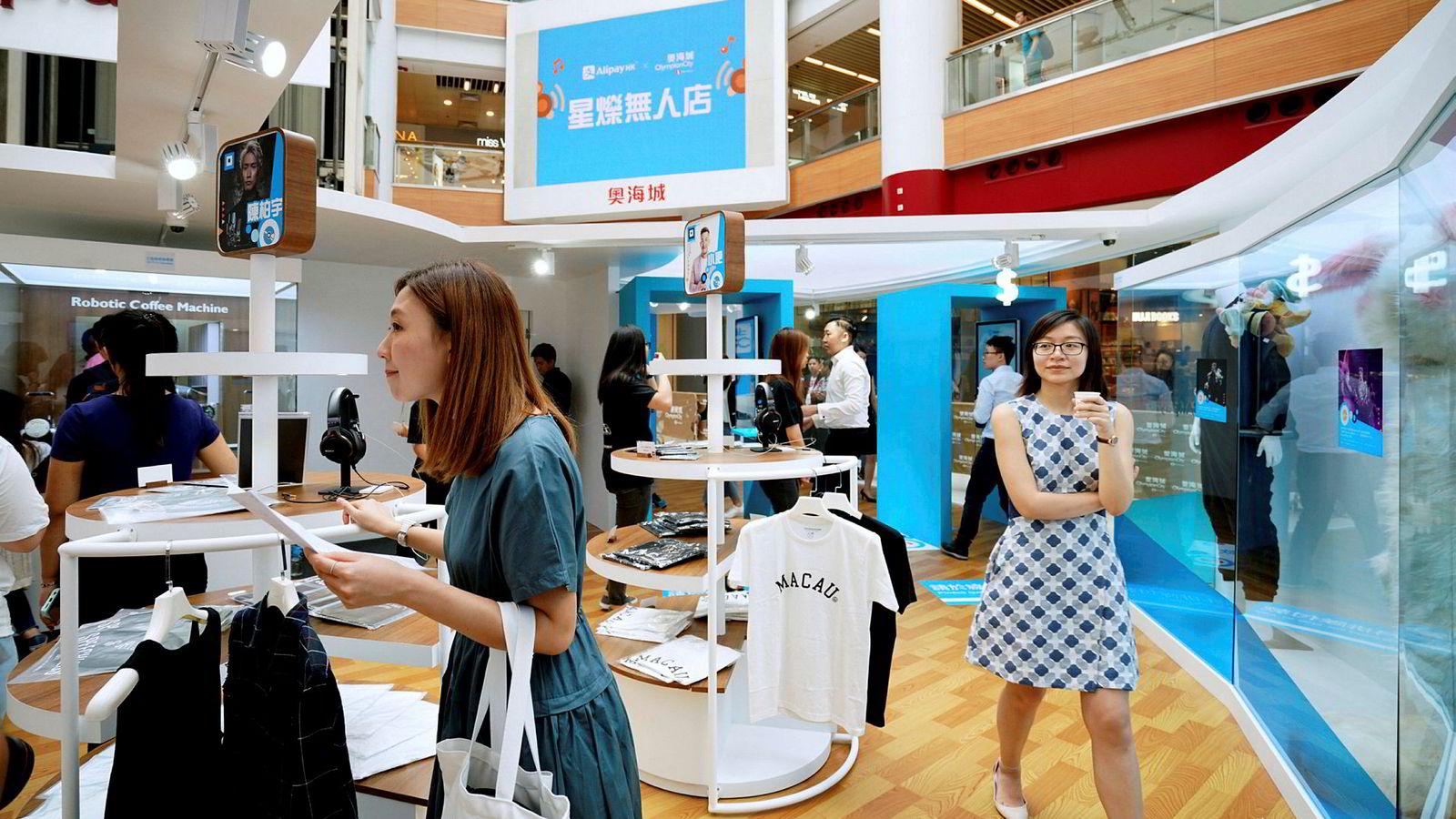 Vipps har startet et samarbeid med kinesiske Alipay, som eies av netthandel-giganten Alibaba. Her fra en Alibaba selvbetjeningsbutikk i Hong Kong, Kina, hvor kundene må bruke Alipay som betalingsmåte.