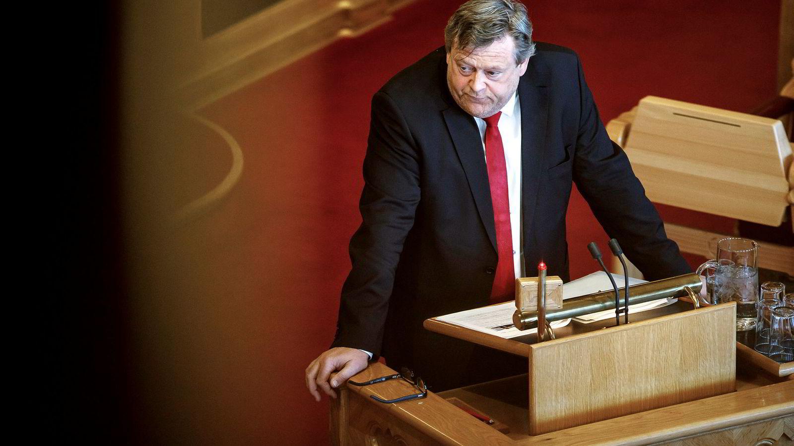 Fiskeriminister Harald Tom Nesvik (Frp) hadde kanskje ikke en hvitfiskstrategi, men bekreftet i Stortingets spørretime at han reiser rundt.