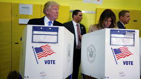 Donald Trump avlegger sin stemme sammen med kona Melania Trump på Public School 59.