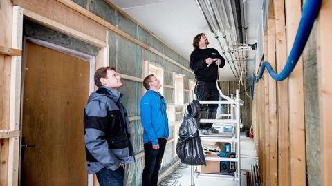 Paul Thormod Bruun (til høyre) leder et av rørprosjektene til Opplands gasellevinner, Rørlegger-service på Vinstra. Daglig leder Andreas Riiser og driftssjef Åge Bekkemellem (til venstre) inspiserer arbeidet. Begge foto: Skjalg Bøhmer Vold