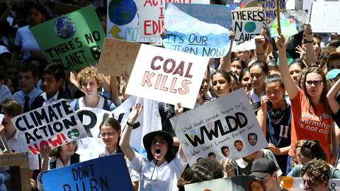 Mange tusen australske skoleelever demonstrerte fredag mot hva de mener er klimafiendtlige og handlingslammede politikere. De har latt seg inspirere av den svenske 15-åringen Greta Thunberg.