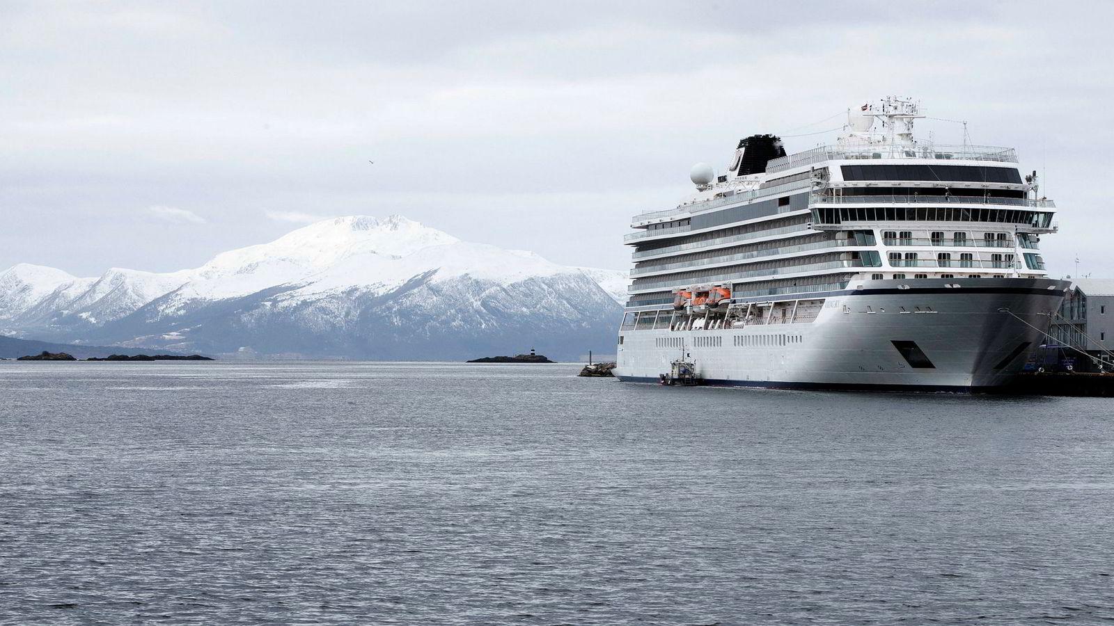 Cruiseskipet Viking Sky i Molde havn.