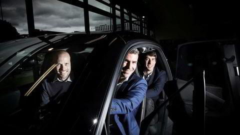 Rasmus Myklebust, (til venstre) daglig leder i SammeVei har fått med seg Jacob Tveraabak, konsernsjef Miklagruppen og David Piperno, finansdirektør i det amerikanske bildelingsselskapet Fasten, som samkjørere for å få fart på samkjøringsappen Sammevei. Foto: Linda Næsfeldt