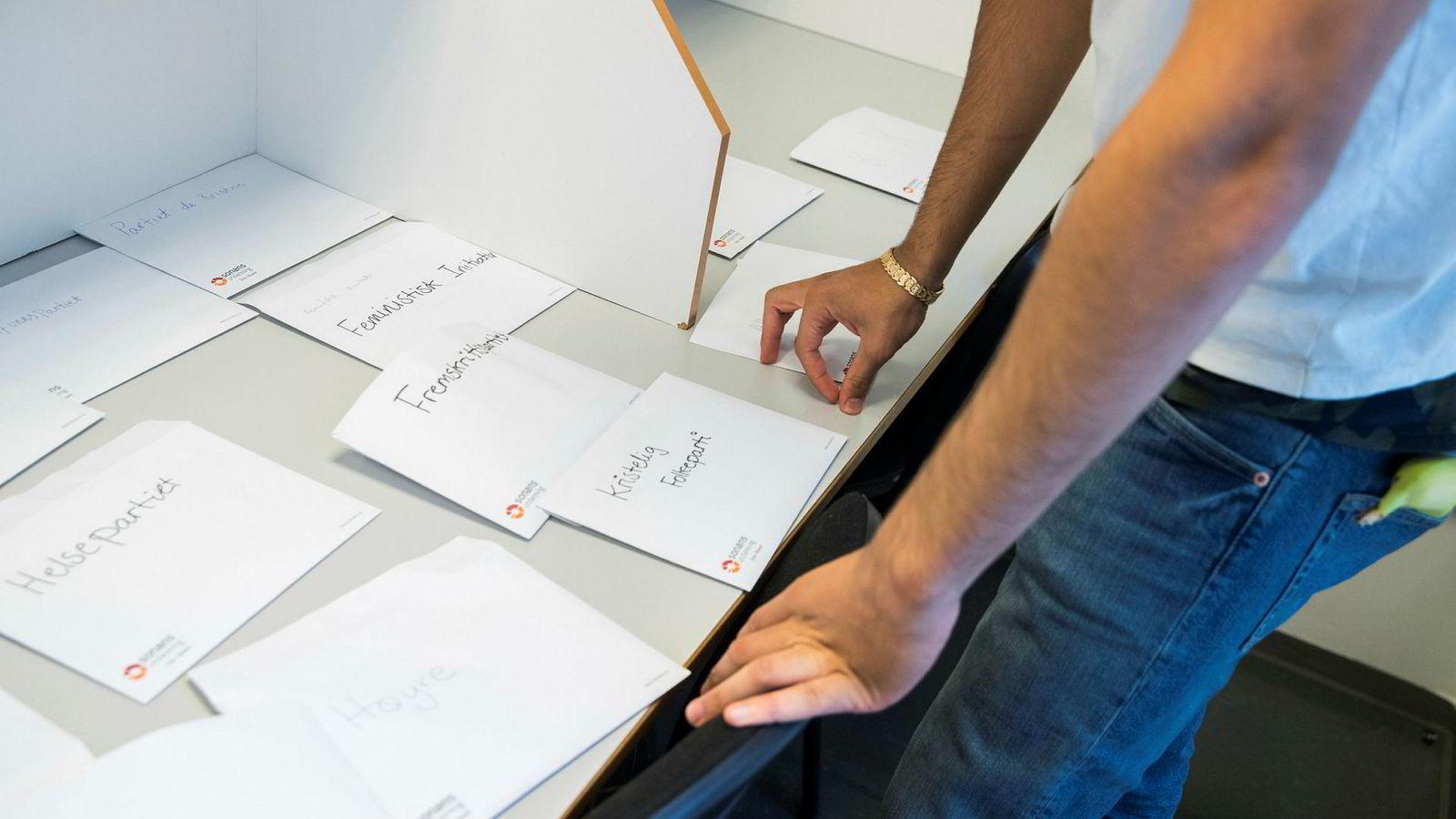 En elev ved Heltberg videregående skole i Oslo må ta sitt valg under skolevalget mandag.