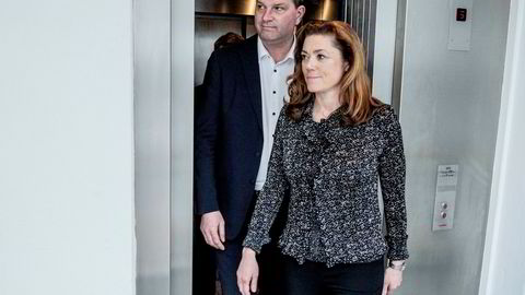 Sjefene for LO og NHO kom til slutt til enighet. Her er Hans-Christian Gabrielsen og Kristin Skogen Lund på vei ut av heisen for å møte pressen.