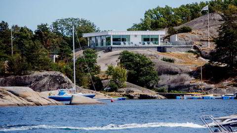 Sommerstid ligger hytta til tidligere Suzuki-forhandler Hans Ole Helling (72) midt i smørøyet i idylliske Røssesundet utenfor Tjøme. Den oppbyggede tennisbanen ligger delvis skjult bak trær til venstre for hytta.