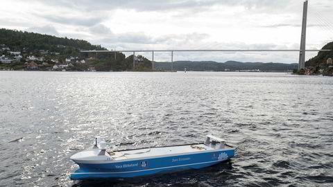 Avtalen med Vard Brevik om å bygge verdens første ubemannede fraktefartøy «Yara Birkeland», lik den lille modellen her, ble signert i august.