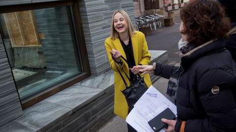 Karin Hindsbo er ny direktør for Nasjonalmuseet. Gjennom vinduet bak henne kan byggingen av det nye Nasjonalmuseet ved Rådhusplassen beskues.