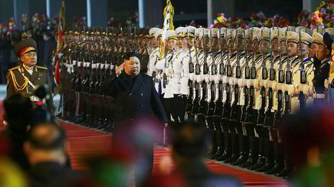 Nord-Koreas leder Kim Jong Un inspiserer onsdag æresgarden på en ikke navngitt jernbanestasjon før avgangen til Russland.