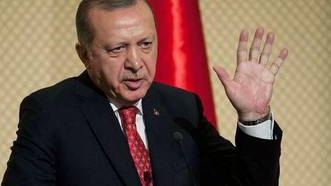 Tyrkias president Recep Tayyip Erdogan sa under et besøk i Tunisia onsdag at Syrias president Bashar al-Assad ikke bør få delta på den planlagte fredskonferansen i Sotsji.