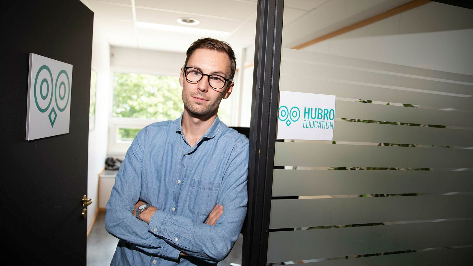 Emil Johan Oliver (29) jobber med å forbedre undervisningsmetoder for høyskoler og universiteter i Norge, og virksomheten Hubro Education as i 2015. Han reagerer på at NHH kutter i videoundervisning.