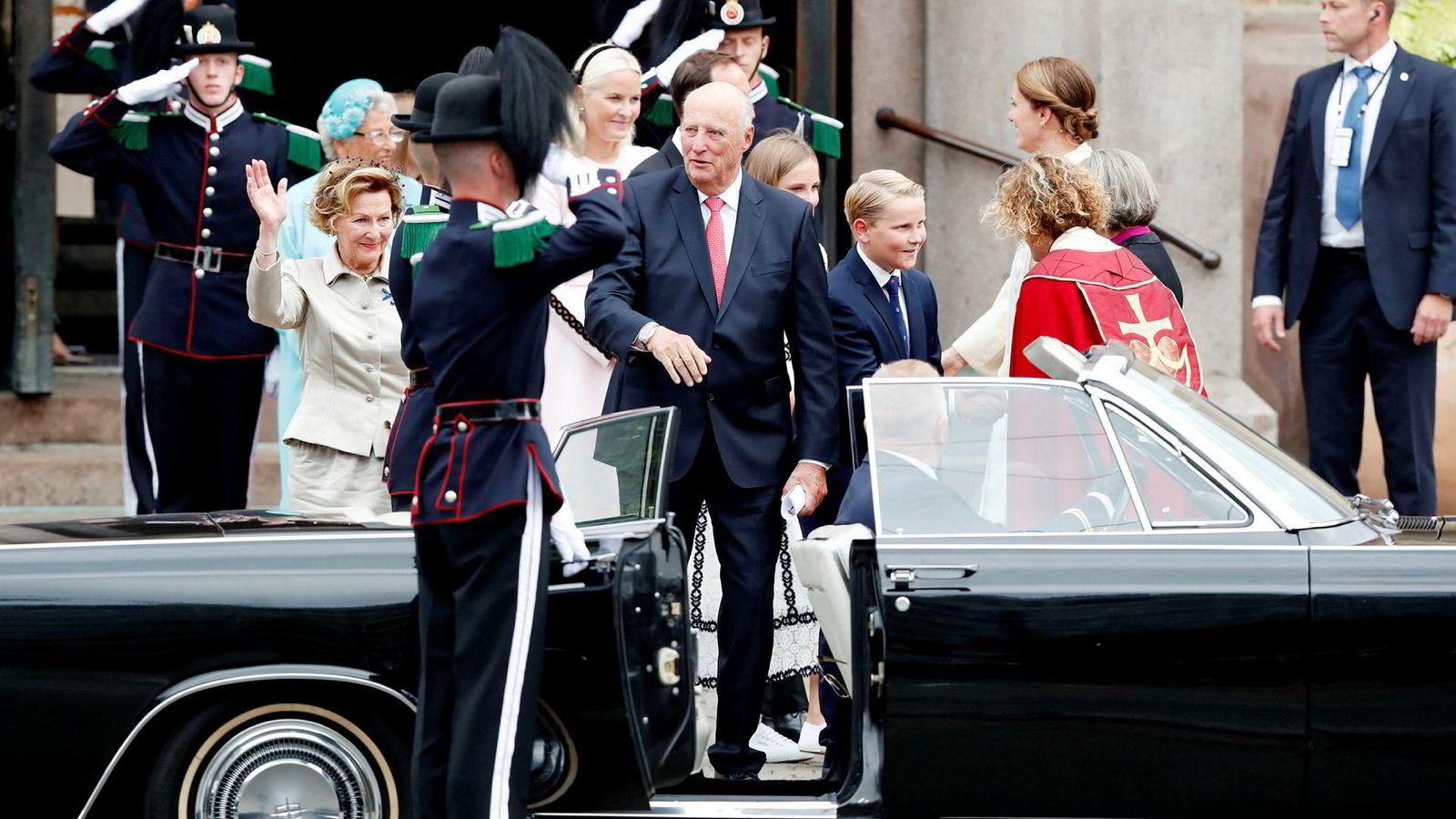 Med utgangspunkt i fysisk og psykisk belastning samt krav til fysisk og psykisk skikkethet, har det kongelige hoff bedt om lavere pensjonsalder for kongefamiliens sjåfører. Her er kong Harald og dronning Sonja på inn i bilen under feiringen av gullbryllup.