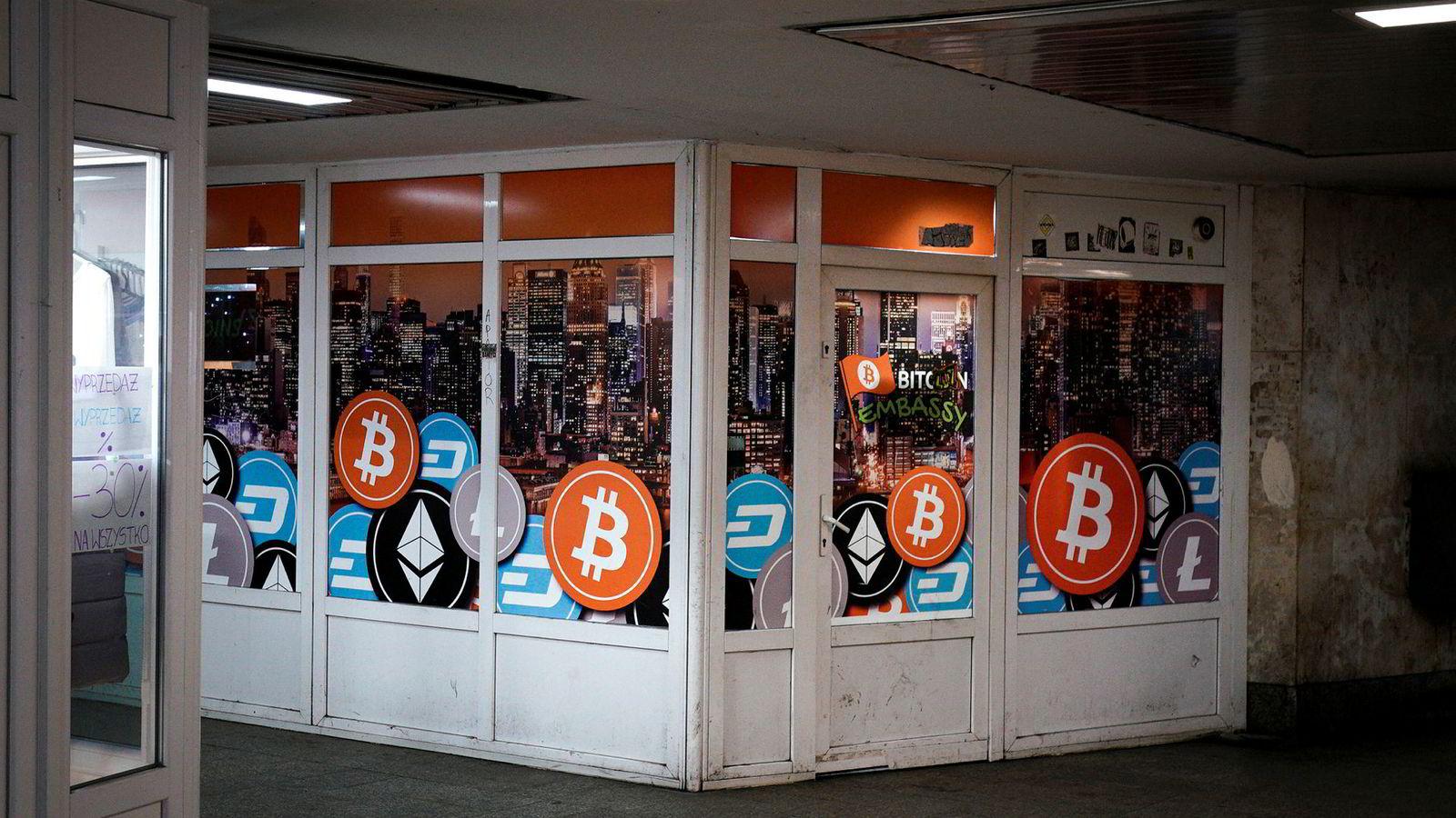 Vestlige land har slått hardt ned på bitcoin og andre kryptovalutaer. Her fra et vekslingskontor for kryptovaluta i Polen.