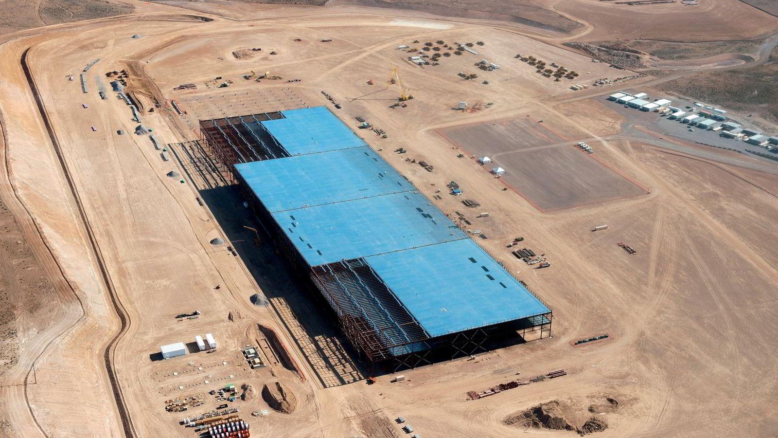 Teslas «Gigafactory» som er under bygging utenfor byen Reno i Nevada. Bildet er tatt i mai i år.