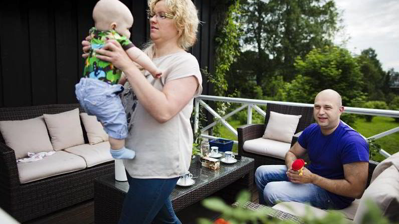 Doville Stakauskiene, Romas Stakuaskas og Armandas (6 mnd) har flyttet fra Litauen til Norge for å få seg jobb.