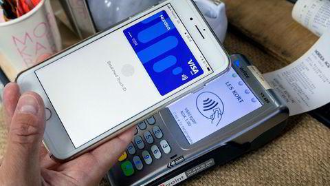 Med Apple Pay kan man velge å betale med mobilen i stedet for et kort. Pengene trekkes fra samme konto eller kort.