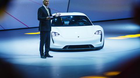 Porsche-sjef Matthias Mueller presenterer Porsche Mission E kvelden før bilmessen i Frankfurt begynner. Foto: Hampus Lundgren