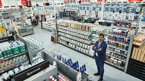 Byggmakker-sjef Knut Strand Jacobsen synes ikke noe om at Plantasjen får selge konkurrerende produkter på søndager.