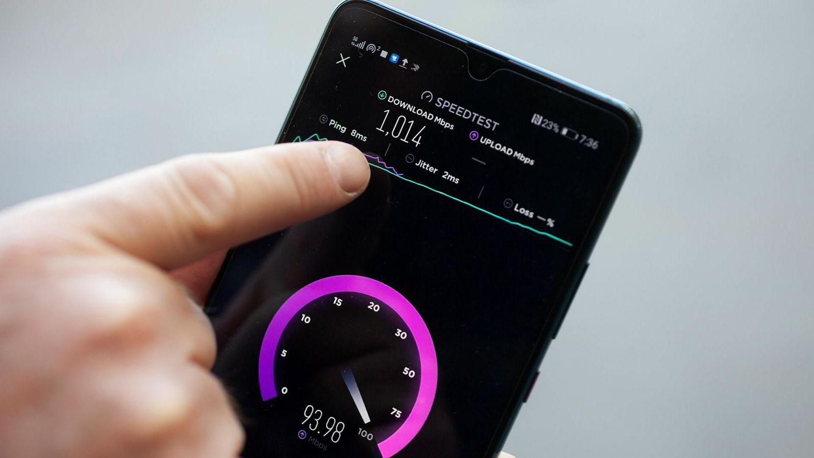 5G-telefonen viser en hastighet på én gigabit per sekund i Telias 5G-testnett i Nydalen i Oslo. – Det er ti ganger raskere enn det bredbåndet folk har hjemme, sier Tommy Strand, sjefarkitekt for nettverk i Telia Norge.