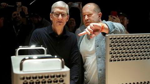 Avtroppende designsjef Jonathan Ive (til høyre), her sammen med Apple-sjefen Tim Cook.