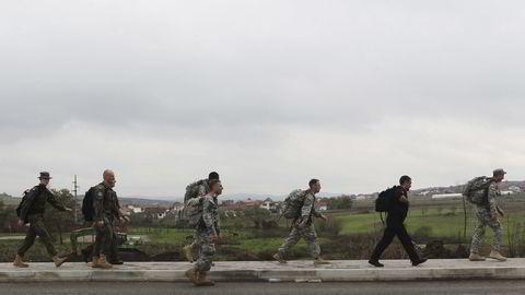 Fredsbevarende NATO-soldater utenfor en militærleir ved byen Vushtri nord i Kosovo. Landet erklærte uavhengighet fra Serbia i 2008, men den serbiske regjeringen har aldri godtatt dette. Foto: Hazir Reka / Reuters / NTB scanpix