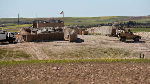 Bildet viser en amerikansk militærpost i Manbij i Nord-Syria i april i år.