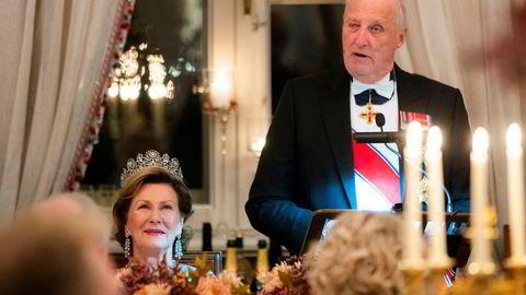 Dronning Sonja og kong Harald måtte klare seg uten Sylvi Listhaug på stortingsmiddagen torsdag.