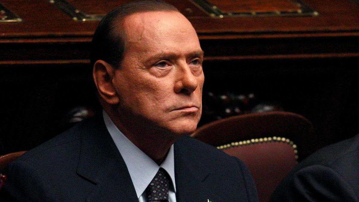 Italias statsminister Silvio Berlusconi måtte tirsdag innse at han ikke lenger har flertallets støtte i underhuset i Parlamentet.