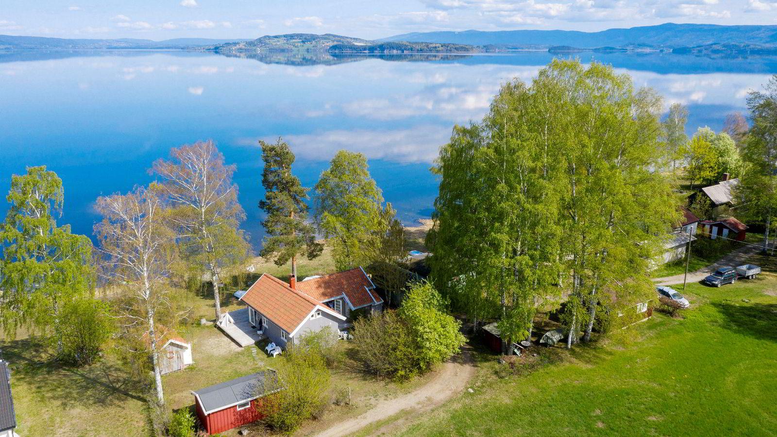 Den 70 kvadratmeter store hytta rett ved vannkanten ved Tyrifjorden har en prisantydning på 2,95 millioner kroner.