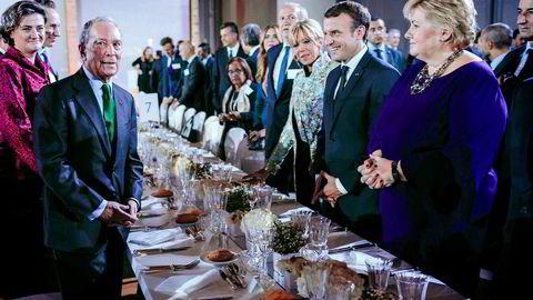 Statsminister Erna Solberg tok med seg Oljefondet til Paris og fikk Frankrikes president Emmanuel Macron til bords. Til venstre står investor Michael Bloomberg som sponset middagen i anledning Macrons feiring av toårsdagen for Parisavtalen.