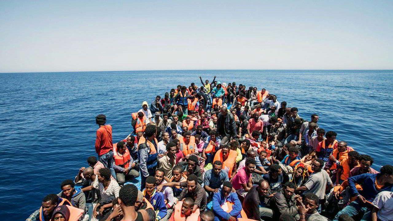 Migranter samlet på dekk i en båt utenfor Libyas kyst. Over en million mennesker flyktninger entret Europa i 2015, mange av dem på denne måten. Foto: REUTERS/MOAS/Jason Florio