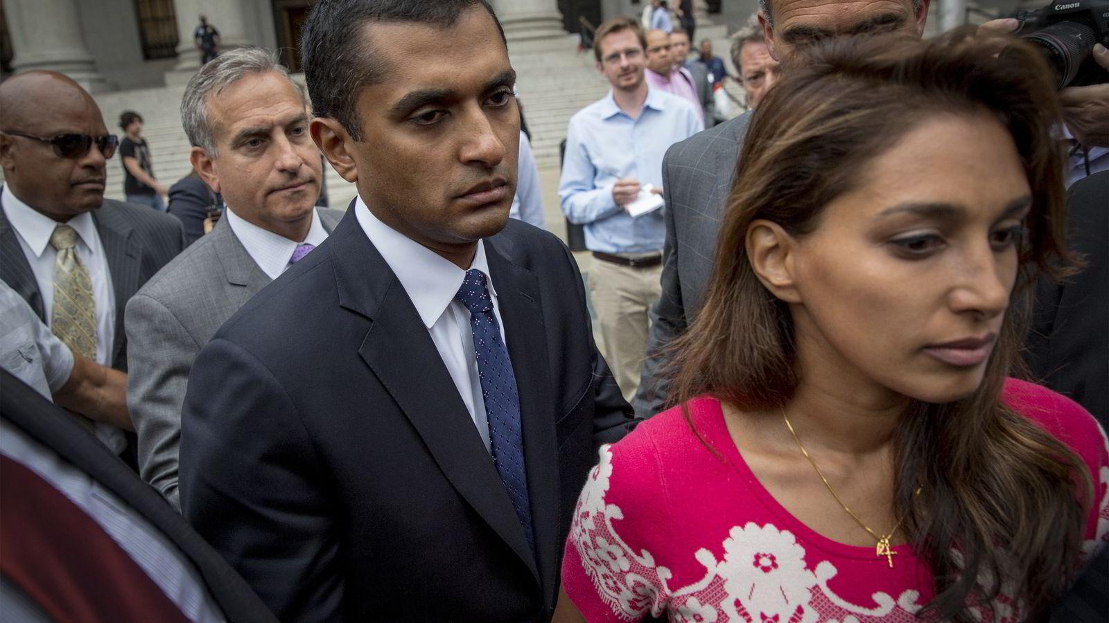 «KNUST». Matthew Martoma forlater rettsbygningen i New York sammen med sin kone Rosemary etter å ha mottatt dommen på ni års fengsel mandag. Foto: Brendan McDermid/
