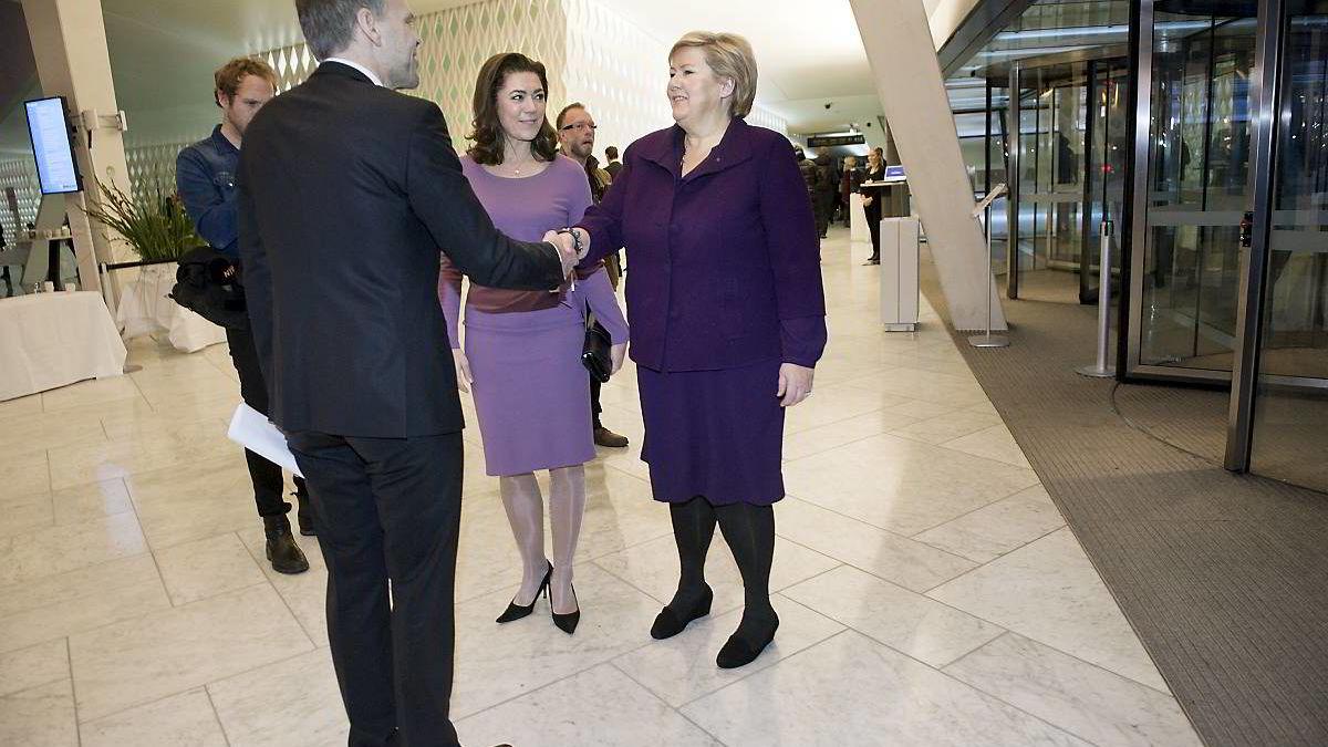 Statsminister Erna Solberg (H) hilser på NHO-president Tore Ulstein og NHO-sjef Kristin Skogen Lund.