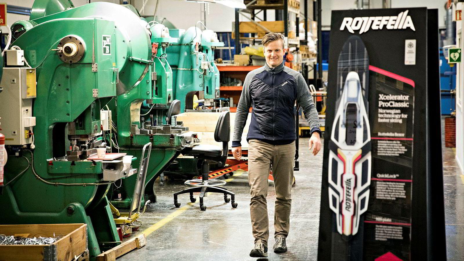 Administrerende direktør Torstein Myklebostad ved stansemaskinene i produksjonslokalene til Rottefella.