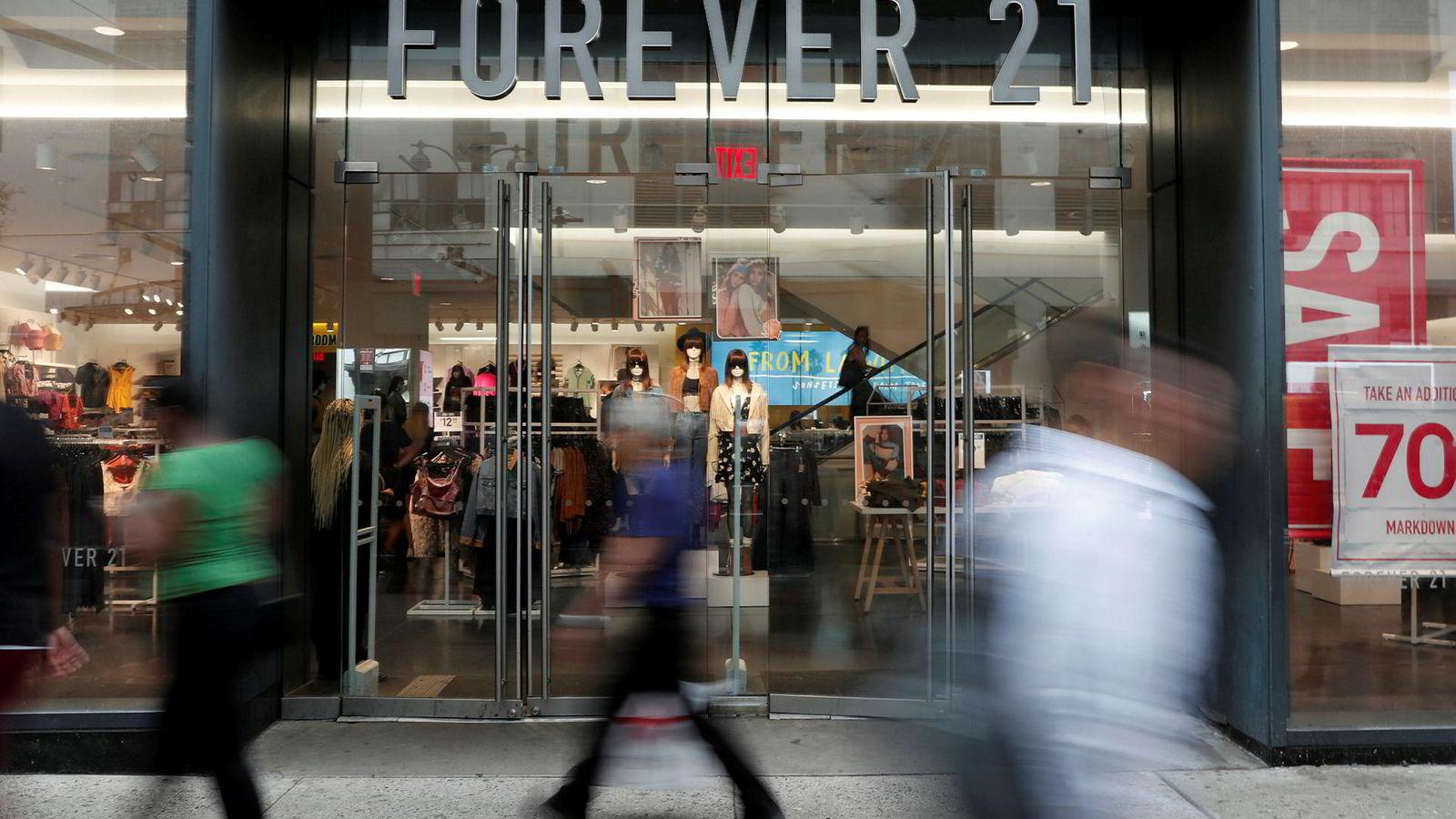 Billigkleskjeden Forever 21 har søkt om amerikansk konkursbehandling. Det betyr at over 350 butikker vil bli stengt på verdensbasis. Bildet er av Forever 21s butikk i New York.