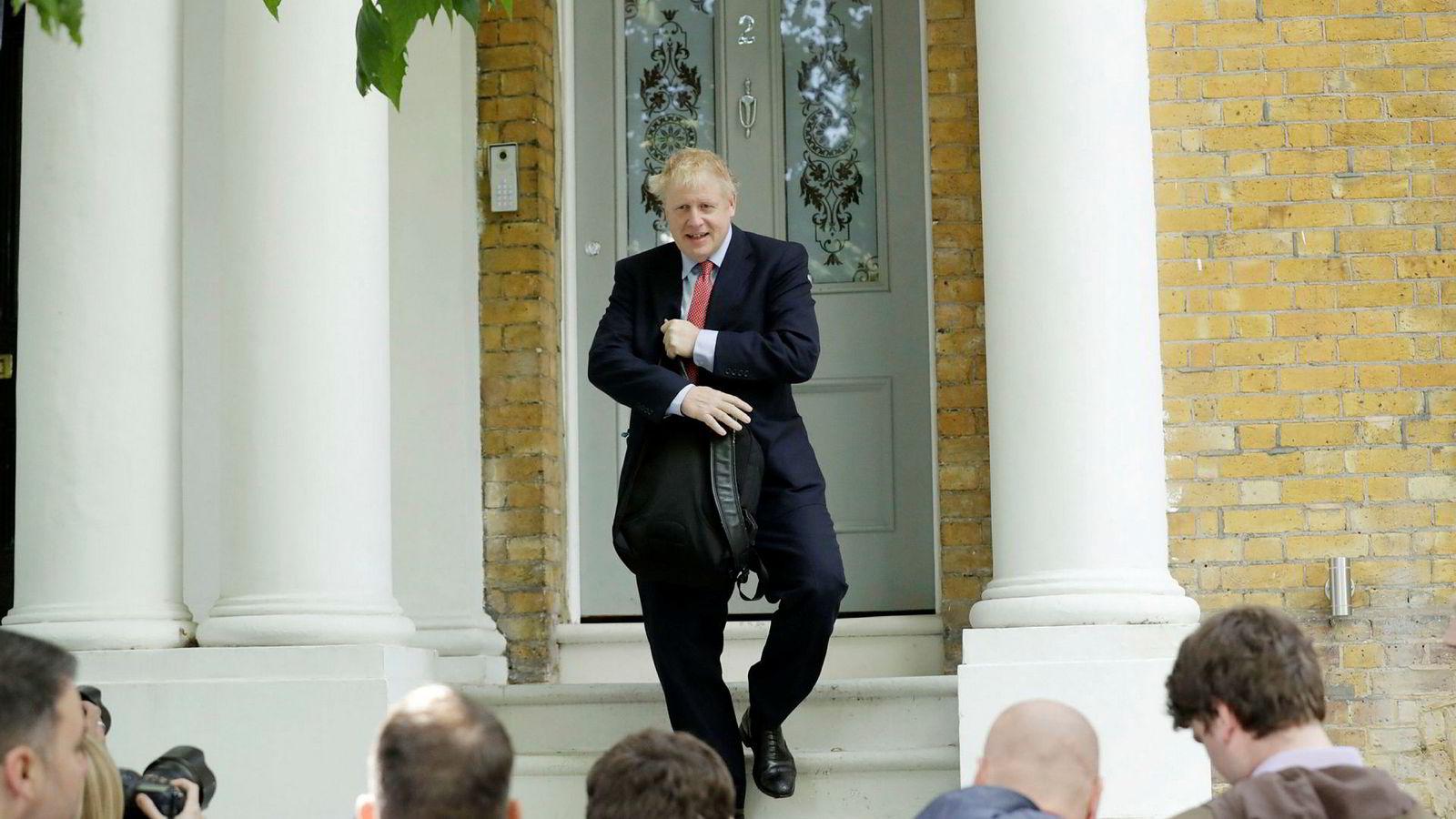 Boris Johnson møter pressen på vei ut fra sitt hjem sør i London fredag i forrige uke. Det var før krangelen med kjæresten ble hovednyheten i Storbritannia.