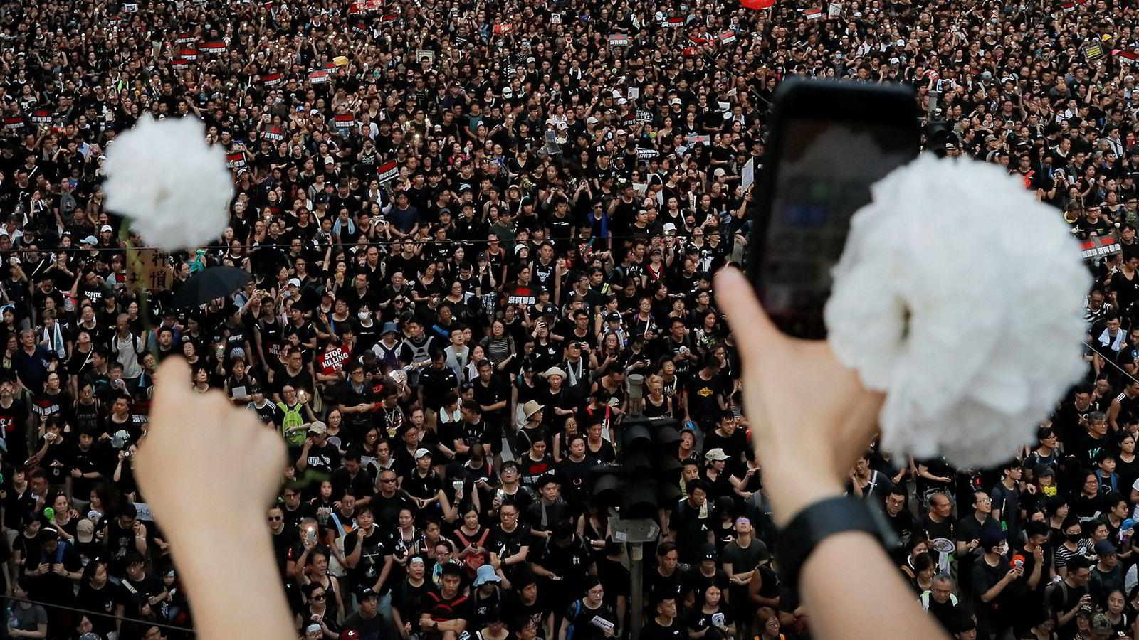Aldri tidligere har flere mennesker demonstrert i Hongkong enn på søndag. I Kina blokkeres alt av nyheter, bilder, videoer – og sanger – i statseide medier og på sosiale medier.