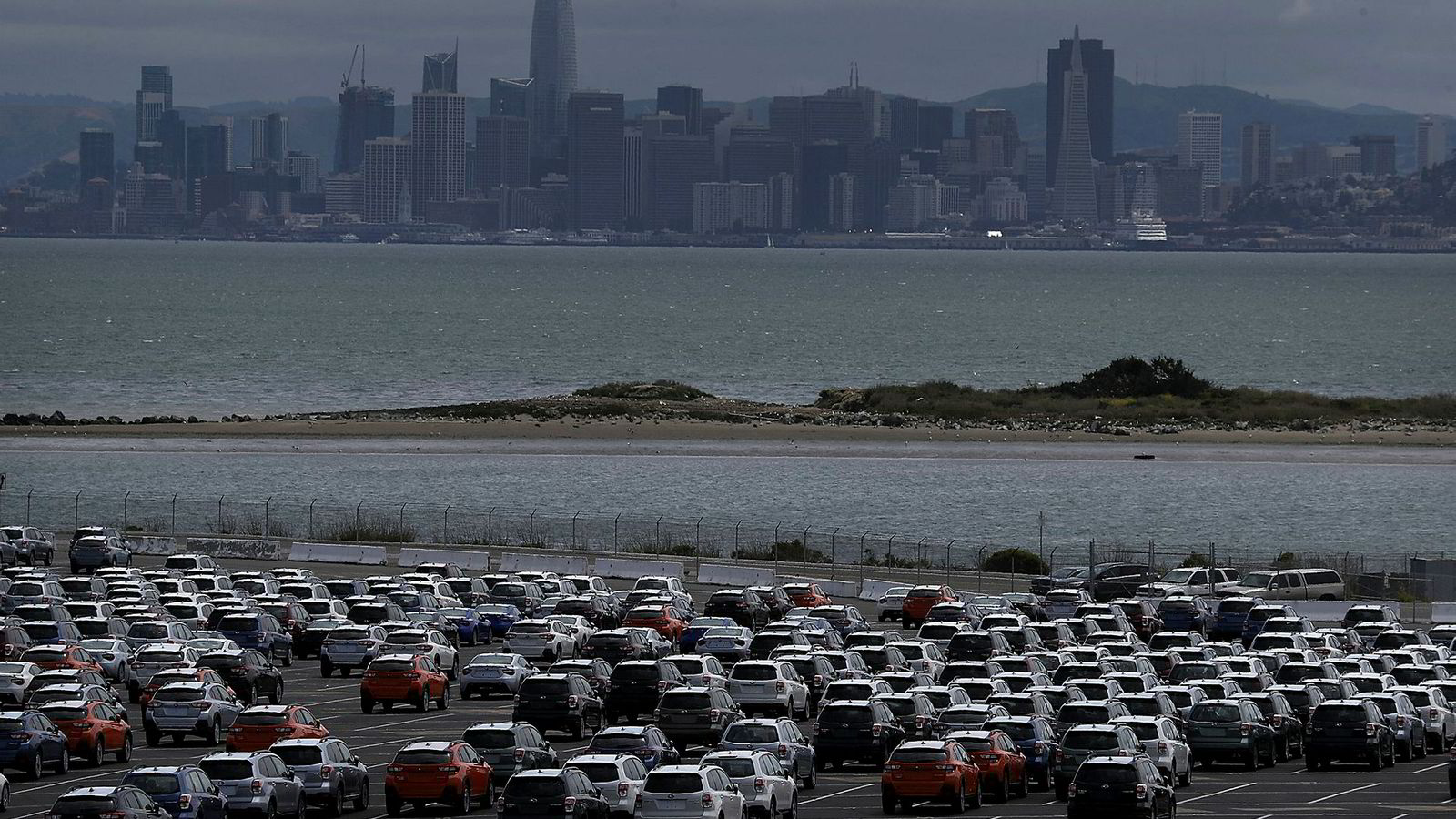 Nye biler står lagret på en parkeringsplass nær Richmond, California i USA, mai, 2018. Trump har truet med å innføre en tollmur for utenlandskproduserte biler, som i første rekke vil ramme Japan, Storbritannia og EU.