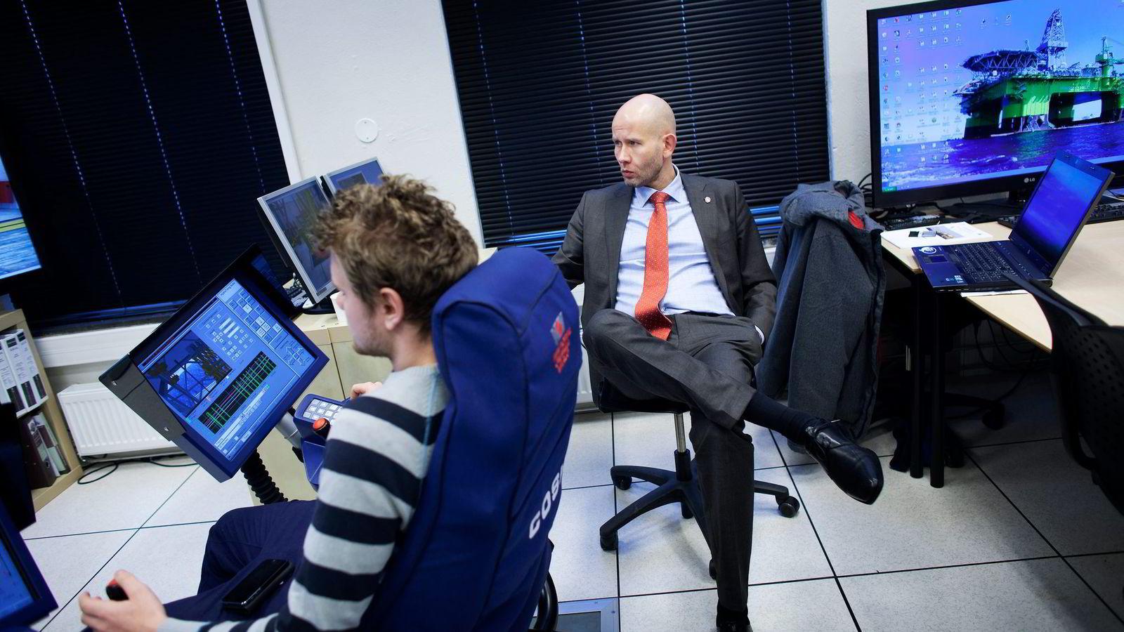 Olje- og energiminister Tord Lien var tirsdag innom flere stopp på sitt besøk i oljebyen Stavanger, blant annet i simulatorrommet på Stavanger Offshore Tekniske Fagskole, der elevene lærer å styre løfteoperasjoner til sjøs. Til venstre skoleelev Marcus Brekne.