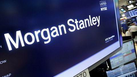 Logoen til meglerhuset Morgan Stanley lyser opp over en arbeidstasjon på New York-børsen.