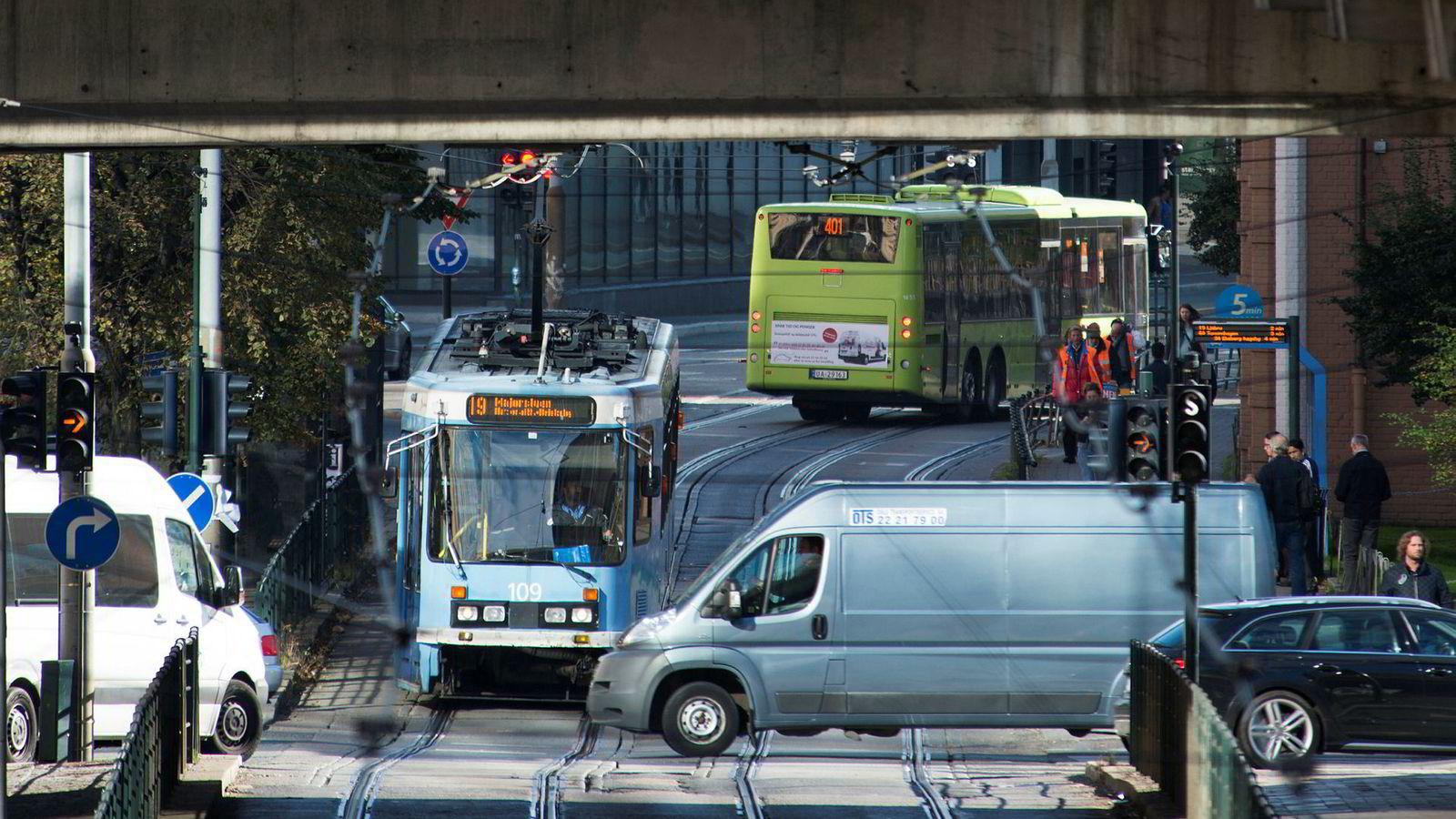 Oslo30.09.2015 Trafikk Oslo sentrum. Trikk Buss Bil Kollektivtransport transport Foto: Per Ståle Bugjerde