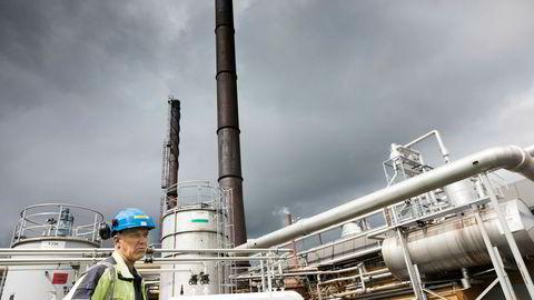 Dynea på Lillestrøm produserer lim og bindemidler, og har mulighet til å drive produksjonsprosessen med både elektrisitet, avfallsgass, naturgass og olje. Driftssjef Thor Øyen står foran fyrrommet.