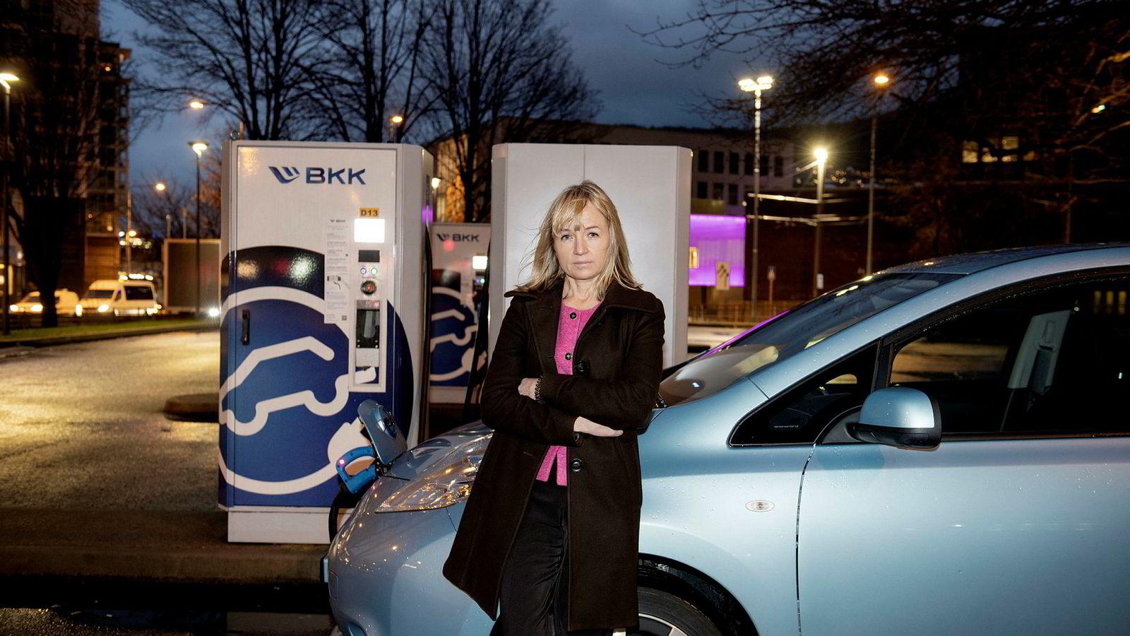 BKK-sjef Jannicke Hilland har erklært at kraftselskapet skal bli ledende i Norge på elektrifisering. Her står hun ved BKKs store hurtigladestasjon for elbiler på Danmarks plass i Bergen.