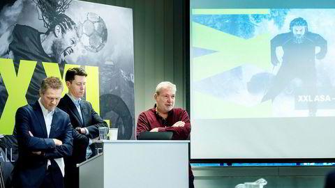 Konstituert XXL-toppsjef Tolle Grøterud (midten) la frem sitt første kvartalsresultat tirsdag morgen, sammen med finansdirektør Stein Eriksen. Styreleder Øivind Tidemandsen ( til høyre).